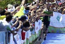 O brasileiro Reinaldo Colucci leva medalha de ouro no triatlo dos Jogos Pan-Americanos de Guadalajara neste domingo. REUTERS/Sergio Moraes