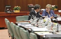 Президент Франции Николя Саркози (слева) разговаривает с канцлером Германии Ангелой Меркель в Брюсселе, 23 июня 2011 года. Лидеры Европейского союза не сумели добиться значительного прогресса в выработке стратегии борьбы с углубляющимся долговым кризисом, несмотря на желание финансовых рынков услышать о решительных действиях. REUTERS/Thierry Roge