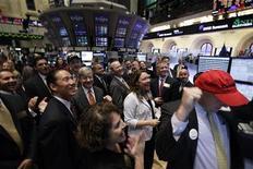 Трейдеры Уолл-стрит следят за ходом торгов в Нью-Йорке, 20 октября 2011 года. Перспективы корпоративных прибылей в ближайшие кварталы не слишком хороши, несмотря на то, что текущий сезон отчетности пока приносит неплохие результаты. REUTERS/Brendan McDermid
