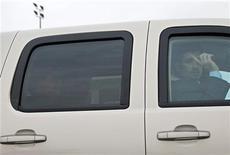 Сотрудник службы охраны посла США в Сирии Роберта Форда просит прекратить фотосъемку по дороге в Дамаск, 16 января 2011 года. США отозвали посла в Сирии в связи с проблемами безопасности, вызванными выступлениями против президента Башара аль-Асада, заявили западные дипломаты в понедельник. REUTERS/Khaled al-Hariri