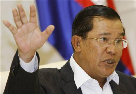 Cambodia's Prime Minister Hun Sen speaks to reporters during a news conference at the Council of Ministers in Phnom Penh July 22, 2011. REUTERS/Samrang Pring/Files