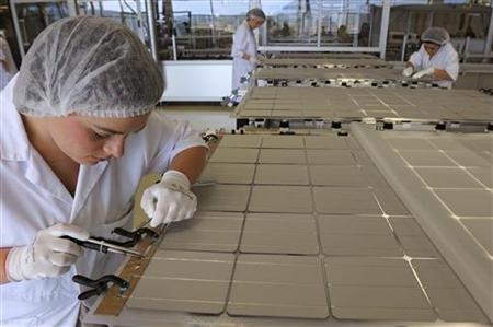 Workers build a solar panel in a factory in Sainte Marguerite, Eastern France, September 2, 2011.  Picture taken September 2, 2011.   REUTERS/Philippe Wojazer