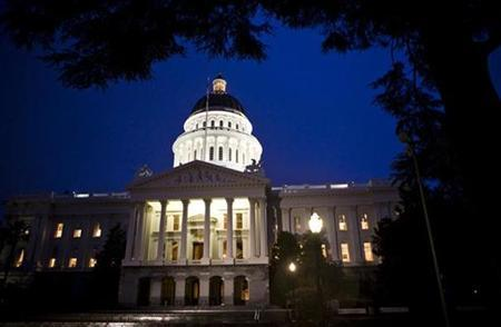 The exterior shot of the State Capitol is seen as California legislators work late into the night to pass a $40 billion budget in the building in Sacramento, California February 17, 2009.   REUTERS/Max Whittaker