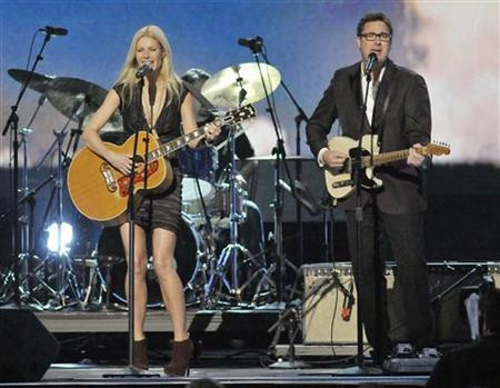 Actress Gwyneth Paltrow (L) and singer Vince Gill perform ''Country Strong'' at the 44th annual Country Music Association Awards in Nashville, Tennessee November 10, 2010.  REUTERS/Tami Chappell