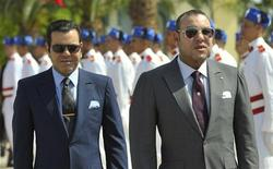 Moroccan King Mohammed VI (R) and his brother Prince Moulay Rachid wait for France's President Nicolas Sarkozy at the Rabat airport, September 29, 2011. REUTERS/Philippe Wojazer