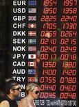 Люди проходят мимо обменного пункта в Софии, 23 августа 2011 года. Евро снизился во вторник, но все еще держится недалеко от шестинедельного максимума, достигнутого вчера благодаря надеждам рынка на то, что европейские лидеры предложат действенные меры для ограничения долгового кризиса. REUTERS/Stoyan Nenov