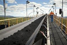 Сотрудник угледобывающей компании Macarthur Coal идет по территории завода под Брисбеном, 12 июля 2011 года. Американская угольная компания Peabody Energy и сталелитейная компания ArcelorMittal получили контрольный пакет акций угледобывающей компании Macarthur Coal. REUTERS/Macarthur Coal/Handout