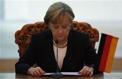 Канцлер Германии Ангела Меркель на пресс-конференции в Улан-Баторе, 13 октября 2011 года. Германия выступает против того, чтобы лидеры еврозоны по итогам саммита в среду потребовали от Европейского Центробанка продолжить выкуп гособлигаций Италии и Испании. REUTERS/Carlos Barria