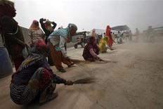 <p>Labourers use brushes to sweep dust and stones from an access road to the Buddh International Circuit, the venue for the first ever Indian Formula One race at Greater Noida, on the outskirts of New Delhi October 21, 2011. REUTERS/Parivartan Sharma</p>