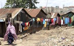 <p>A woman walks on a street in the Korogocho slums in Kenya's capital Nairobi, April 6, 2011. REUTERS/Natasha Elkington</p>