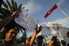 """Тунисцы на демонстрации против исламистского движения """"Эннахда"""", 24 октября 2011 г.Тунис дал жизнь """"арабской весне"""" и теперь вновь выступил пионером Ближнего Востока, демонстрируя способность умеренных исламистов побеждать на выборах, не порождая кризиса. REUTERS/Zohra Bensemra"""