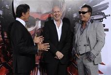 """<p>Foto de archivo de Sylvester Stallone (I), Bruce Willis (C) y Mickey Rourke (D) en el estreno del filme """"The Expendables"""" en Los Angeles. Ago 3, 2010. Stallone ha sido demandado por copiar el guión de otro escritor para rodar """"The Expendables"""", una película sobre un grupo de mercenarios contratados para derrocar a un dictador. REUTERS/Phil McCarten</p>"""