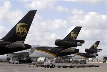 UPS employees load containers onto an aircraft at the World Port air hub during a visit by U.S. Treasury Secretary Timothy Geithner in Louisville, Kentucky September 26, 2011.   REUTERS/John Sommers II