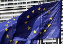 Флаги Евросоюза у здания Еврокомиссии в Брюсселе, 30 июня 2010 года. Лидеры еврозоны вряд ли озвучат точные цифры и конкретизируют обещания по итогам саммита среды, поскольку размер потерь, понесенных банками еврозоны по греческим облигациям, до сих пор находится в стадии обсуждения, а степень увеличения антикризисного фонда EFSF трудно оценить количественно, сообщили чиновники еврозоны во вторник вечером.  REUTERS/Thierry Roge