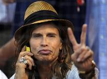 """Фронтмен Aerosmith Стивен Тайлер на бейсбольном матче в Бостоне, 5 августа 2011 года. Стив Тайлер, лидер рок-группы Aerosmith, отложил запланированное шоу в Парагвае из-за """"небольшого несчастного случая"""", сообщил один из организаторов концерта. REUTERS/Brian Snyder"""