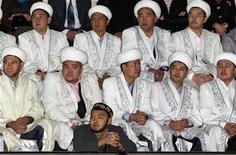 Муфтии Духовного управления мусульман Казахстана наблюдают за первым национальным конкурсом исламских мод в Алма-Ате 23 октября 2011. Ранее неизвестная исламистская группировка пригрозила Казахстану актами насилия, если постсоветская страна с преобладанием мусульман не отменит новый закон, запрещающий намаз в госучреждениях. REUTERS/Shamil Zhumatov