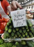 Рынок в Санкт-Петербурге, 9 июня 2011 года. Индекс потребительских цен в РФ с 18 по 24 октября 2011 года прибавил 0,1 процента, как и неделей ранее, на фоне окончания сезона дешевых продовольственных товаров. REUTERS/Alexander Demianchuk