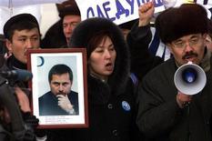 Пикет в поддержку осужденного казахстанского оппозиционного журналиста Сергея Дуванова в Каскелене 28 января 2003. Нижняя палата парламента утвердила законопроект об амнистии, благодаря чему на свободу могут выйти 16.000 осужденных за преступления небольшой и средней тяжести. Коснется ли амнистия осужденного правозащитника Евгения Жовтиса, судьбой которого озабочен Запад, остается под вопросом. REUTERS/Shamil Zhumatov