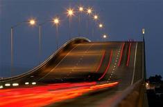 Автомобилисты покидают Атлантик-Бич, 16 сентября 2003 г. Власти Кентукки намерены избавиться от старого, но исторически значимого моста на сельском участке шоссе и даже предлагают демонтировать и доставить его по новому адресу бесплатно. REUTERS/Joe Skipper