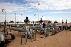 <p>A worker checks pipes and valves at Amaal oil field in eastern Libya October 7, 2011. REUTERS/Ismail Zitouny</p>