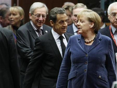 Luxembourg's Prime Minister Jean-Claude Juncker (L), France's President Nicolas Sarkozy (C) and Germany's Chancellor Angela Merkel (R) attend an European Union summit in Brussels, October 26, 2011. The European Union's leaders are meeting to work out a comprehensive deal to resolve the euro zone debt crisis and find a way to give the region's bailout fund greater firepower.     REUTERS/Yves Herman