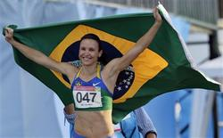 A brasileira Maurren Maggi comemora o título do Pan de Guadalajara nesta quarta-feira. REUTERS/Desmond Boylan