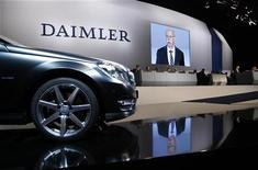 """Глава Daimler Дитер Цетше выступает на встрече акционеров в Берлине, 13 апреля 2011 года. Операционная прибыль Daimler в третьем квартале оказалась ниже прогнозов аналитиков на фоне ослабления спроса на автомобили класса """"люкс"""" в Западной Европе. REUTERS/Thomas Peter"""
