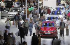 Посетители автошоу в Москве смотрят автомобили, 27 августа 2010 года. Россияне продолжают увеличивать расходы на покупку авто, несмотря на угрозу кризиса: в сентябре дилеры РФ продали 220.000 новых легковых машин на общую сумму $5,5 миллиарда, свидетельствуют данные, предоставленные Рейтер аудиторской компанией PricewaterhouseCoopers (PwC).  REUTERS/Denis Sinyakov