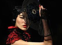 Criação do estilista chinês Qi Gang na Semana da Moda da China, em Pequim. A Semana da Moda da China começou com uma mistura de tradições de mil anos e criações ocidentais no momento em que o mercado de maior crescimento para produtos de luxo atrai a atenção de mais estilistas.  27/10/2011  REUTERS/Jason Lee