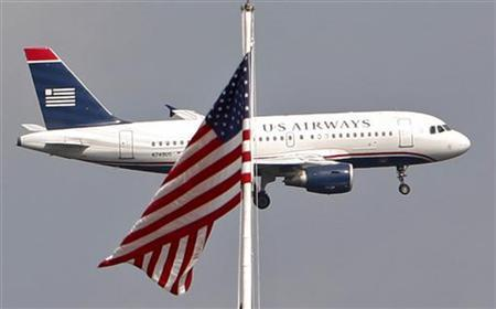 A U.S. Airways plane approaches Ronald Reagan Washington National Airport in Washington, September 18, 2009.    REUTERS/Jim Young