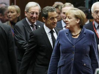 Luxembourg's Prime Minister Jean-Claude Juncker, France's President Nicolas Sarkozy and Germany's Chancellor Angela Merkel attend an European Union summit in Brussels, October 26, 2011.    REUTERS/Yves Herman