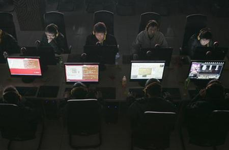 Customers use computers at an internet cafe in Taiyuan, Shanxi province March 10, 2010.  REUTERS/Stringer
