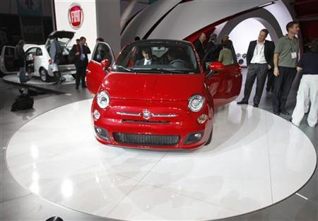 Visitors look at the new Fiat 500 at the LA Auto Show in Los Angeles November 17, 2010.  REUTERS/Mario Anzuoni