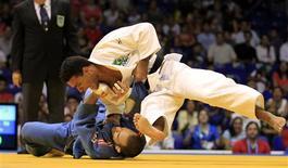 O brasileiro Leandro Guilheiro vence Miranda, de Porto Rico, e leva medalha de ouro no Pan de  Guadalajara.  REUTERS/Mariana Bazo (MEXICO - Tags: SPORT JUDO)