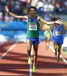 O brasileiro Marílson dos Santos cruza linha de chegada dos 10 mil metros em primeiro lugar no Pan de Guadalajara.   REUTERS/Jorge Silva