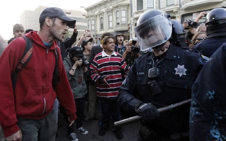 10月27日、全米各地に広がった反格差社会デモは、カリフォルニア州オークランドでデモに参加していたイラク帰還兵が警察の催涙弾で負傷したことで、活動家らがゼネストを呼び掛ける騒ぎとなっている。同市で25日撮影(2011年 ロイター/Kim White)