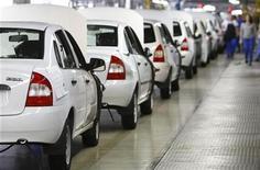 Новые автомобили стоят на заводе Автоваза в Тольятти, 25 сентября 2009 года. Автоваз объявил в четверг о покупке пережившего банкротство завода Ижавто, который может подпортить отчетность крупнейшего автопроизводителя РФ в следующем году.  REUTERS/Denis Sinyakov