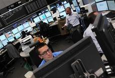 Трейдеры работают в торговом зале Франкфуртской фондовой биржи, 27 октября 2011 года. Европейские рынки акций выросли в начале торгов пятницы, продолжив ралли четверга благодаря сохранению позитивных настроений инвесторов из-за результатов саммита ЕС, несмотря на существующие дискуссии относительно того, насколько всеобъемлющ объявленный план по выходу из кризиса.  REUTERS/Alex Domanski