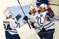 """Хоккеисты """"Торонто"""" радуются очередной шайбе, заброшенной гостевом матче в ворота """"Нью-Йорк Рейнджерс"""", 27 октября 2011 года. """"Торонто"""" в гостях обыграл """"Нью-Йорк Рейнджерс"""" со счетом 4-2 в матче регулярного чемпионата Национальной хоккейной лиги (НХЛ) в четверг, сумев извлечь преимущество из двух незасчитанных шайб соперника. REUTERS/Mike Segar"""