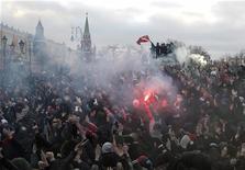 Футбольные фанаты и националисты на акции протеста в центре Москвы 11 декабря 2010. Мосгорсуд в пятницу дал 20 лет тюрьмы зачинщику завершившейся убийством драки, обернувшейся год назад погромом у стен Кремля под ксенофобскими лозунгами, объявив приговор за неделю до нового выступления националистов. REUTERS/Denis Sinyakov