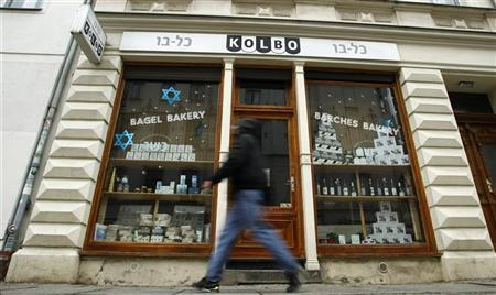 A pedestrian walks past a shop for kosher food at Berlin's Mitte district November 3, 2008.      REUTERS/Fabrizio Bensch