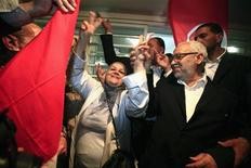 """Лидер партии """"Эннахда"""" Рашид Ганнуши и ее сторонники празднуют победу после объявления итогов выборов в Тунисе, 27 октября 2011 года. Победившая на выборах тунисская исламистская партия """"Эннахда"""" сформирует новое правительство в течение 10 дней, сообщил секретарь партии генерал Хамади Джебали в пятницу. REUTERS/Zohra Bensemra"""