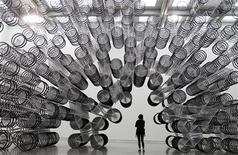 """Instalação de Ai Weiwei """"Forever Bicycles"""", durante prévia para a imprensa, na exibição em Taipei, em Tawian. Um museu em Taiwan vai abrigar a partir do sábado a primeira exposição importante do trabalho do artista dissidente Ai Weiwei na comunidade chinesa fora da China continental, em uma iniciativa que pode desagradar a Pequim. 28/10/2011  REUTERS/Pichi Chuang"""