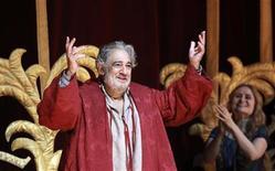 O tenor Plácido Domingo, de 70 anos, é aclamado pelo público durante um concerto de gala na noite de quinta-feira em comemoração aos 40 anos do artista espanhol no Royal Opera House, de Londres. 27/10/2011 REUTERS/Olivia Harris