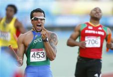 Bruno Lins comemora vitória do Brasil no revezamento 4x100 metros no Pan de Guadalajara.  REUTERS/Jorge Silva