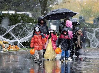 Local children and children of military families arrive in the snow to trick-or-treat at the North Portico of the White House in Washington October 29, 2011.      REUTERS/Joshua Roberts