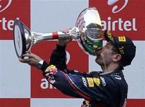 O piloto da Red Bull Sebastian Vettel  bebe champanhe de seu troféu após vencer o primeiro Grande Prêmio da Índia de Fórmula 1 neste domingo. 30/11/2011 REUTERS/Adnan Abidi