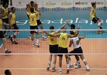 Brasileiros comemoram vitória contra Cuba em partida de völei masculino nos Jogos Pan-Americanos, em Guadalajara, 29 de outubro. 29/10/2011 REUTERS/Henry Romero