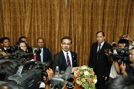Indonesian Foreign Minister Marty Natalegawa talks to reporters at a news conference in Sedona Hotel at Yangon October 29, 2011. REUTERS/Soe Zeya Tun