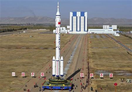 Employees transfer the Long March II-F rocket, loaded with Shenzhou-8 spacecraft, to the launchpad in the Jiuquan Satellite Launch Center, Gansu province October 26, 2011. REUTERS/China Daily